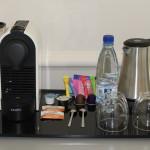 plateau de cortoiseau avec eau, thé, nespresso